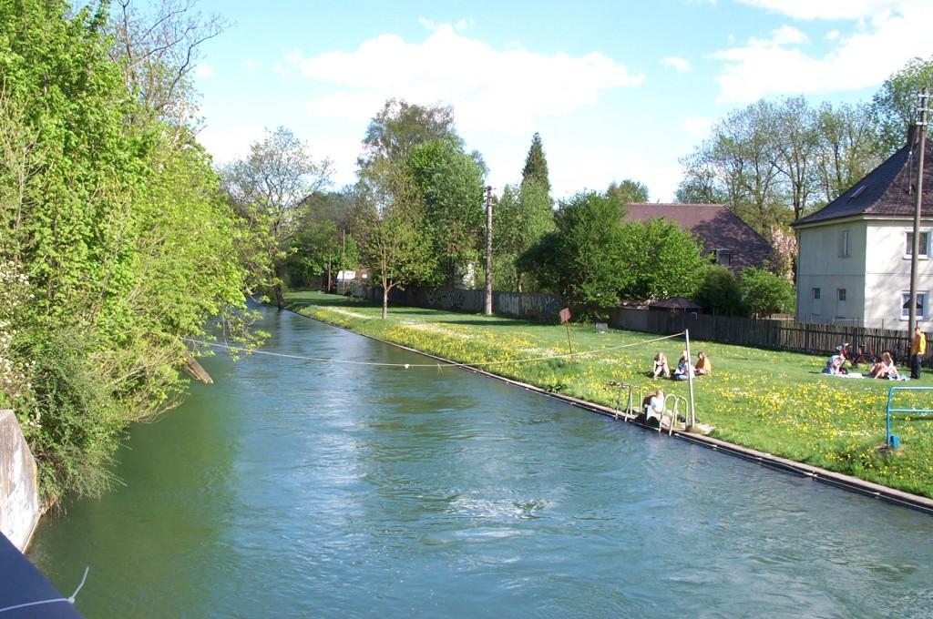 Blick auf den Hauptstadtbach und die Liegewiese