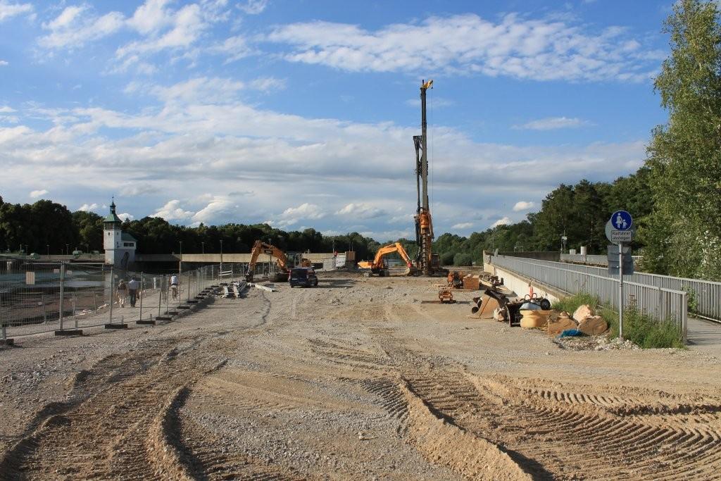 Der Fuß- und Radweg, direkt am Lech entlang, links im Bild. Die Vorbereitungen zur Baugrube beginnen