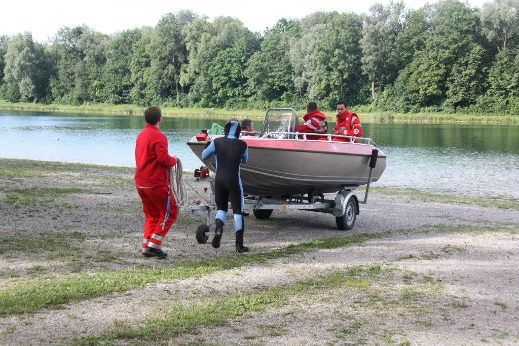 Zu Wasser lassen des Bootes am Kuhsee über den Badestrand