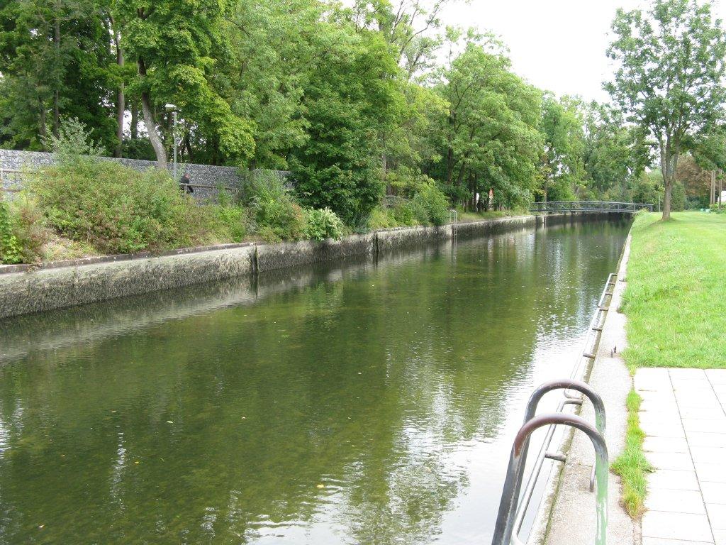 Hauptstadtbach ohne Wasser beim jährlichen Kanalablass im Herbst