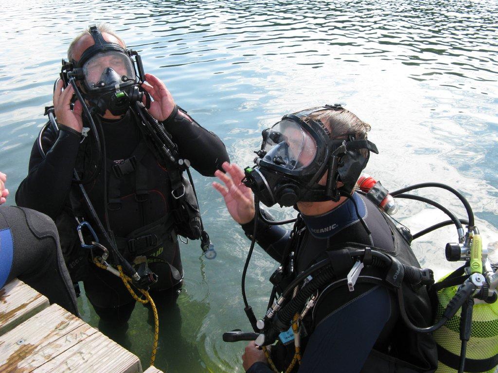 Rettungstaucher mit Dräger Vollgesichtsmaske und Tauchertelefon