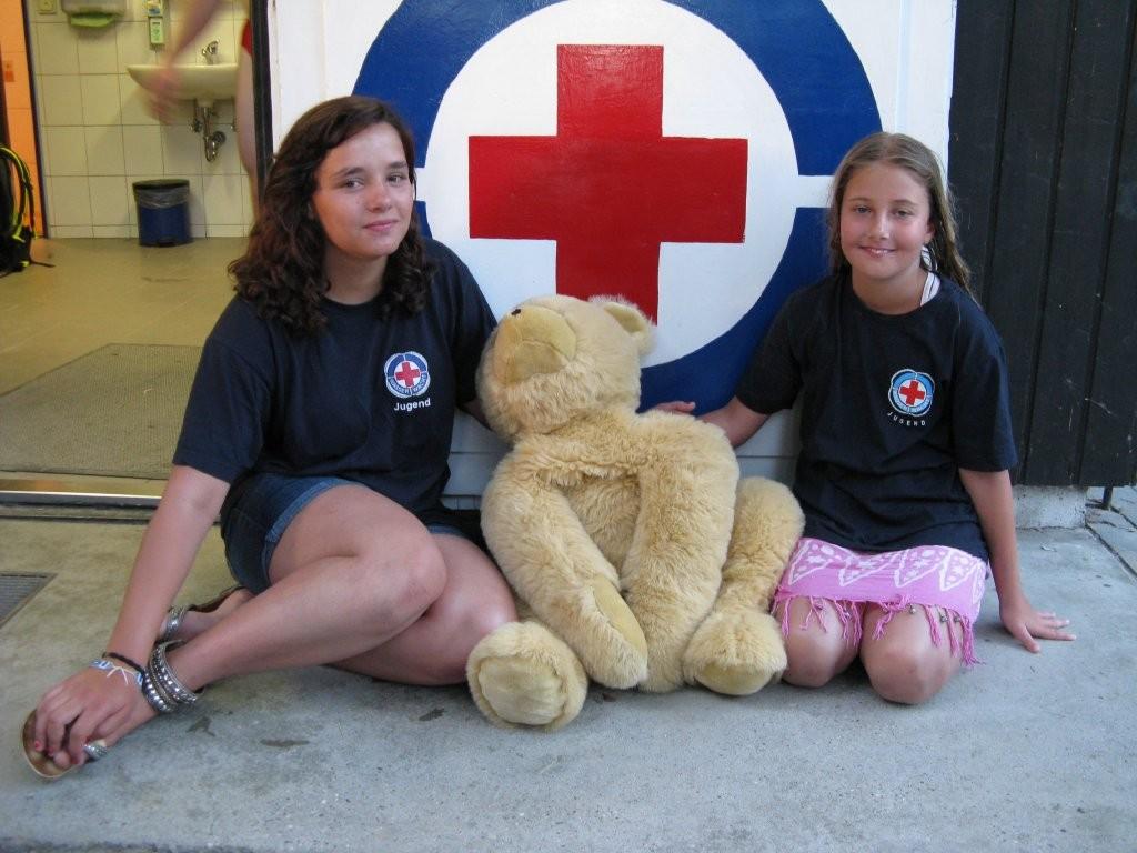 Der gerettete Teddybär mit Steffi und Hannah von der Jugendgruppe