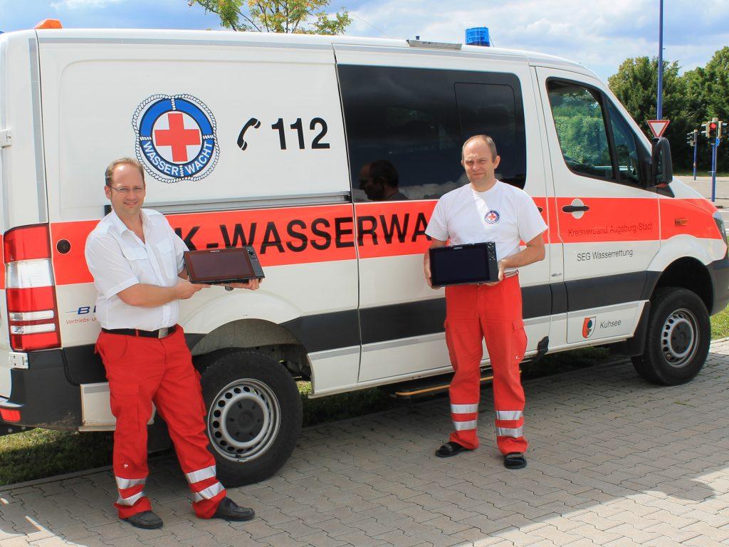 Stolz präsentieren Maximilian May von der Wasserwacht Mering links und Stefan Bär von der Wasserwacht Augsburg-Stadt rechts die beiden neuen 3D-Sonargeräte SIMRAD NSS12EVO3 unter Einhaltung der aktuellen Hygienevorgaben mit reichlich Sicherheitsabstand.