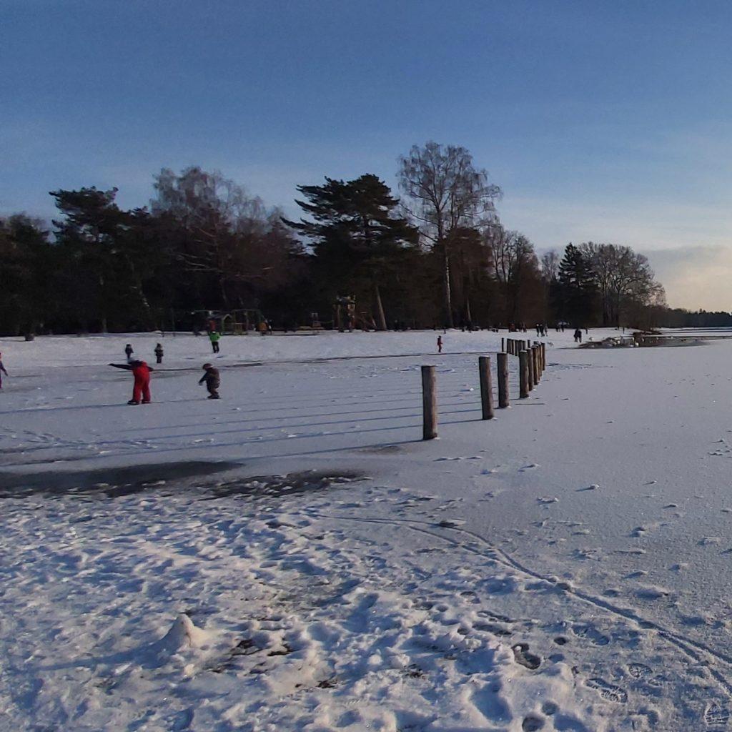 Kinder auf den noch zu dünnen Eis, absolut Lebensgefährlich!