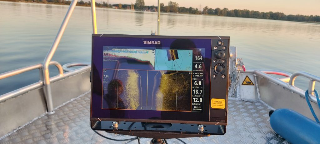 Simrad Sonargerät auf dem Motorboot mit Blick voraus